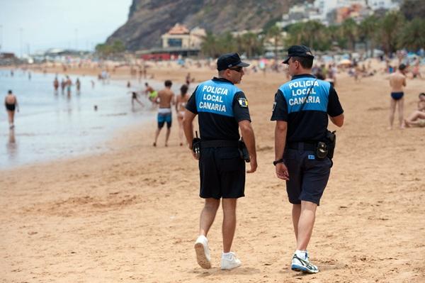 Un mínimo de seis agentes prestan servicio cada día en la playa hasta el 14 de septiembre. / FRAN PALLERO