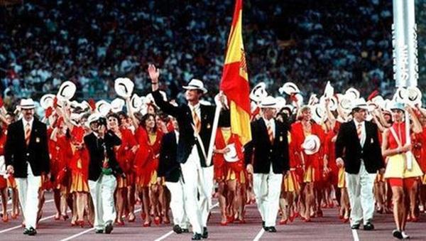 Don Felipe actuó de abanderado en la ceremonia  de inauguración de Barcelona 92. / DA