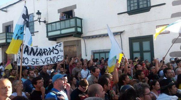 Unas mil personas se concentraron para protestar contra Soria en Telde. | Juan Francisco León (Twitter)