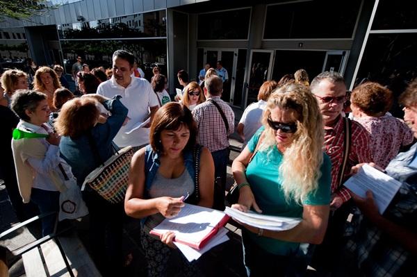 Los manifestantes también recogieron firmas contra la iniciativa impulsada por el Gobierno canario./ F. PALLERO