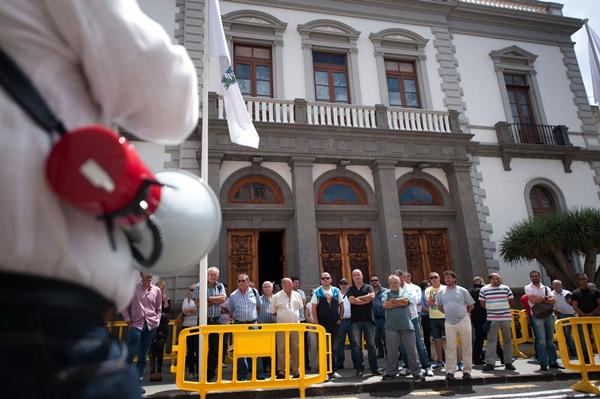 Protesta de taxistas en la puerta  del Ayuntamiento. | F. P.