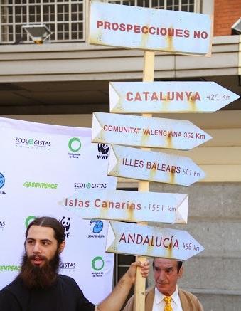 Los ecologistas, en su protesta simbólica de ayer contra el crudo. / DA