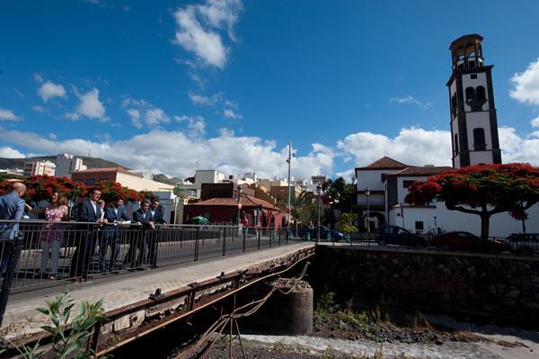 Los representantes políticos, ayer durante su visita al puente de El Cabo. | FRAN PALLERO