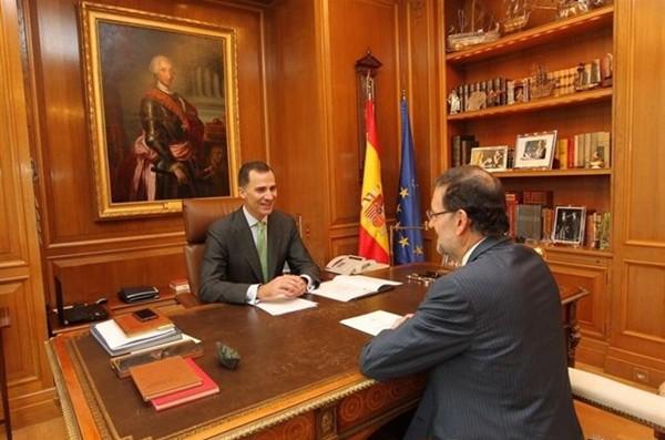 Imagen de la reunión entre Felipe VI y Mariano Rajoy de esta mañana.   DA