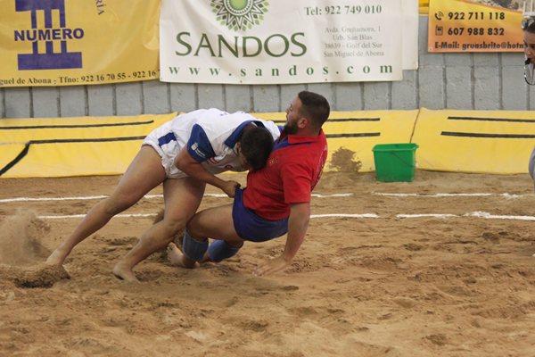 Una agarrada de la semifinal que enfrentó a Tenerife y Lanzarote. | DA
