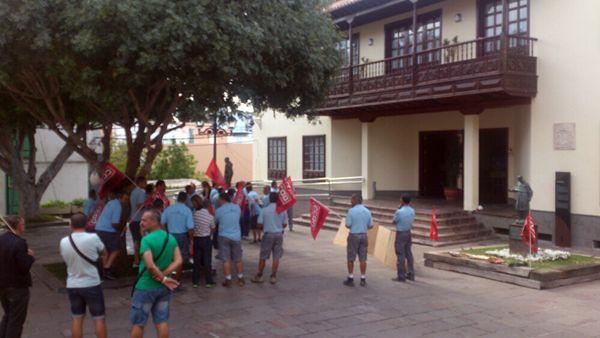 Los trabajadores se manifestaron ayer en la plaza del Ayuntamiento. | DA