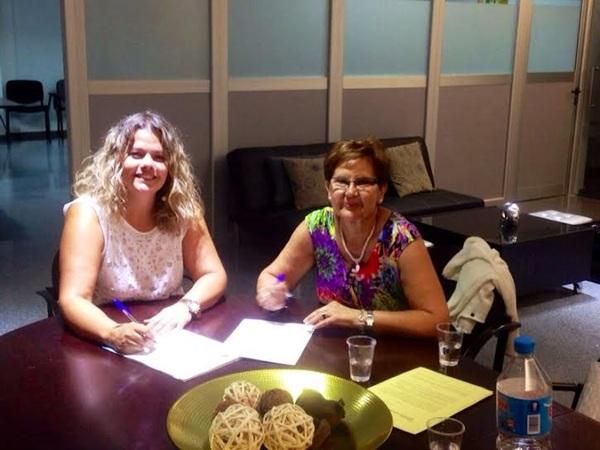 Carmen Linares (i), del colegio tinerfeño, y Narcisa López, de la AVT, rubricaron el convenio. / DA