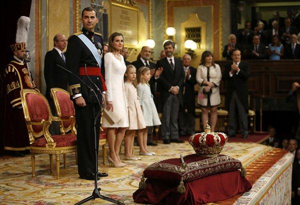 La Familia Real, durante la proclamción, junto a la corona y el cetro. | REUTERS