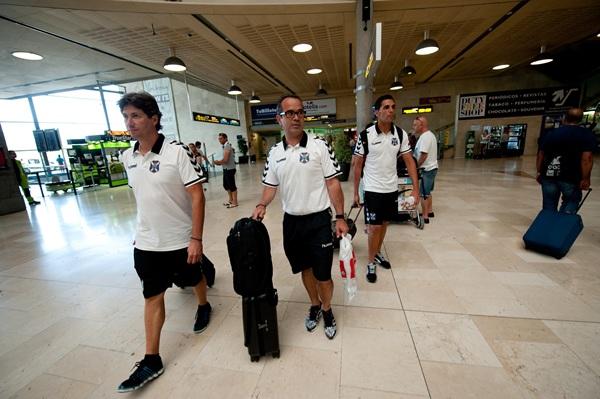 Alfonso Serrano, Álvaro Cervera y Roberto Perera, ayer, antes de emprender viaje a La Palma. / FRAN PALLERO