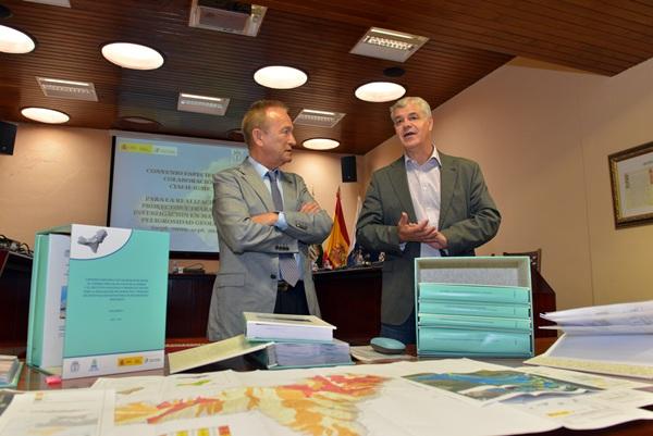 Alpidio Armas, ayer, junto a Jorge CivisLlovera, director del IGME del Ministerio de Economía. / DA