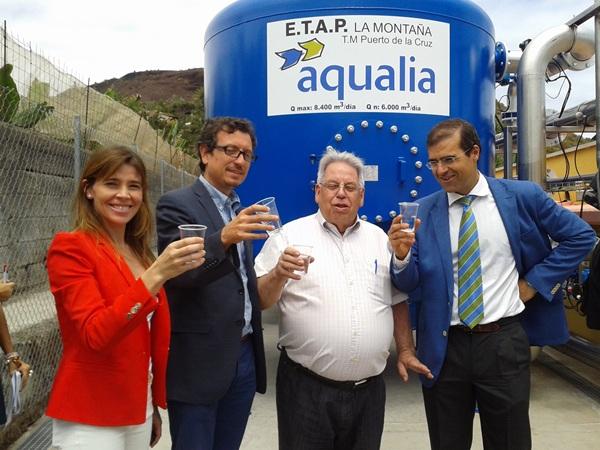 Los responsables políticos y representantes de la empresa Aqualia quisieron hacer ayer un brindis simbólico por la finalización de los trabajos. / DA