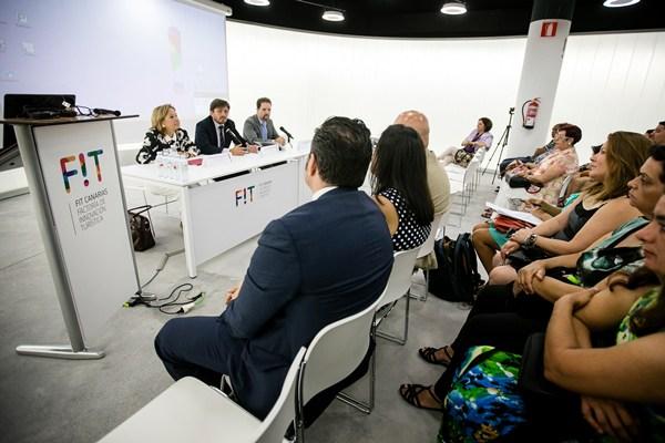 Francisca Luengo inauguró el encuentro junto al presidente de Ashotel, Jorge Marichal. /