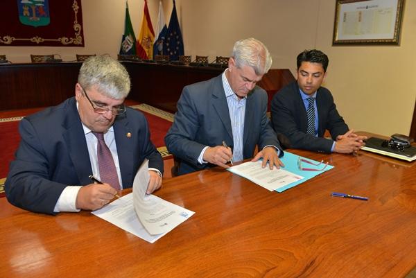 Alpidio Armas y Pedro Cuesta (i) firmaron ayer el acuerdo. | DA