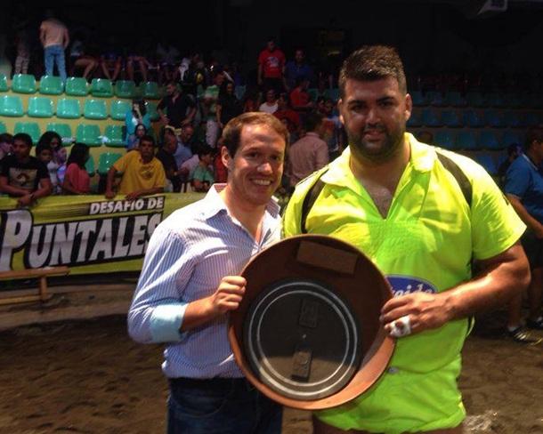 Álvaro Déniz recibe el trofeo de Campeón de manos del consejero de Deportes palmero, Mariano Hernández Zapata. | DA