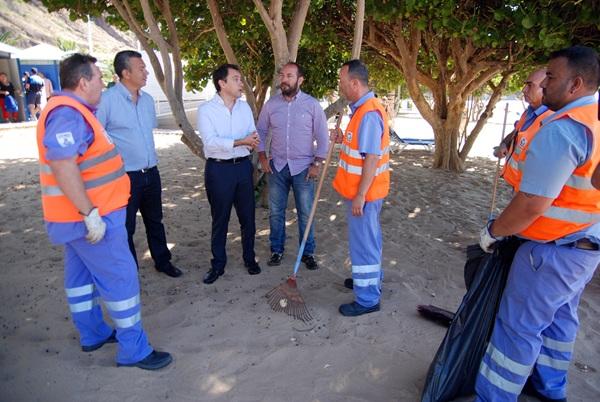 Dámaso Arteaga, José Manuel Bermúdez y Fernando Ballesteros ayer, con los operarios de limpieza. / DA