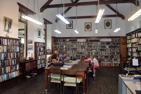 Decenas de usuarios acuden a la biblioteca a diario para consultar diversos libros y acceder a Internet. / J. L. C.