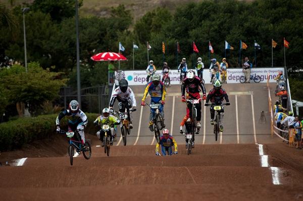Un momento de una de las carreras disputadas ayer en el remozado circuito del Parque de La Vega. / F. PALLERO