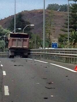 Al parecer, una de las ruedas del camión reventó. | DA