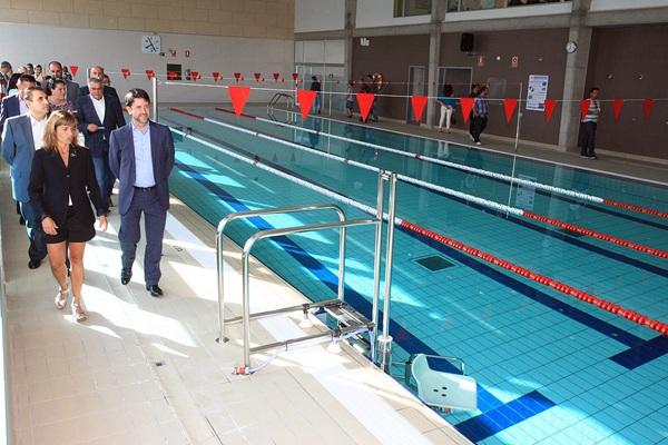 Carlos Alonso y el alcalde, Jaime González, inauguraron la piscina. / DA