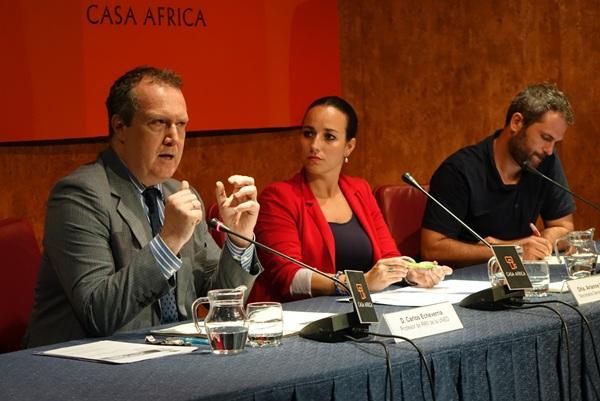 Echeverría (i) participó ayer con Xavier Aldekoa (d) en un encuentro organizado por Casa África. / CASA ÁFRICA