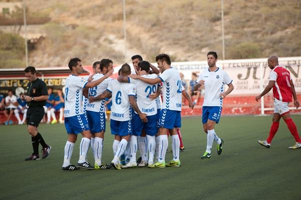 Los jugadores blanquiazules celebran uno de los goles. / FRAN PALLERO