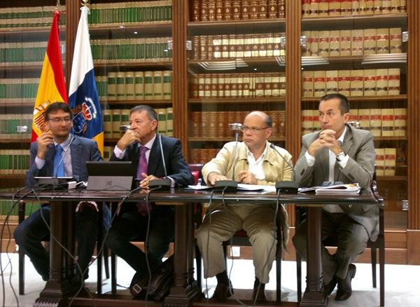 Los catedráticos Roberto Sarmiento y Urbano Medina, con Barragán y Ruano, ayer en rueda de prensa. / DA