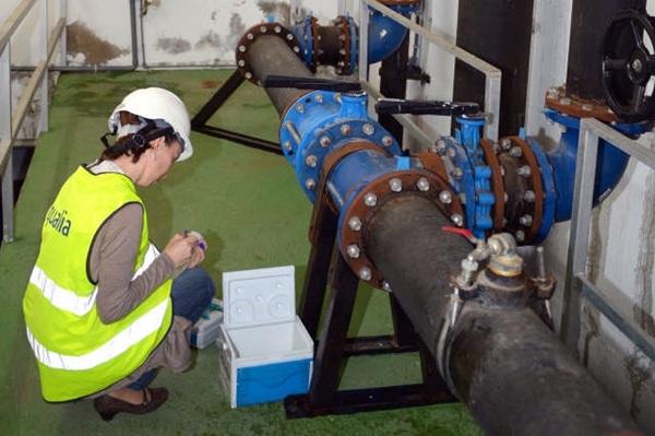 Los técnicos de Aqualia continúan trabajando en la instalación de los filtros en los depósitos de agua. / S. M.
