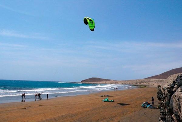 Los deportes náuticos, entre los que más rescates originan en Canarias. / DA