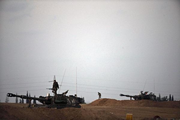 El ejército israelí aguarda en zonas limítrofes de la franja de Gaza. / REUTERS