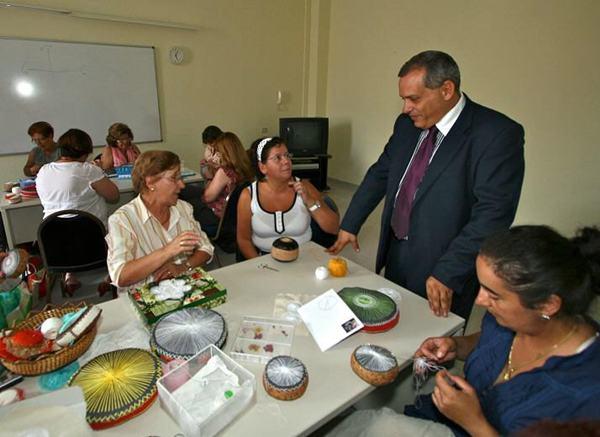 El vicepresidente económico insular Efraín Medina, junto a un grupo de artesanas de la roseta. | DA