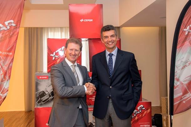 Carlos Giner (director de Lubricantes de CEPSA Comercial Petróleo) junto a Jesús Orozco (presidente de Archiauto)