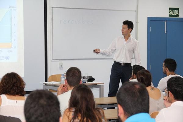 Fernando Lahoz, en su primera intervención, en uno de los cursos más seguidos de la UVA. | DA