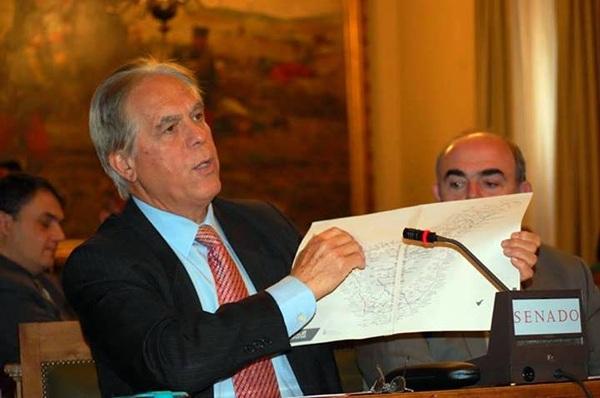 González Bethencourt, en el Senado, con un mapa de Tenerife en pro de financiación para el Anillo Insular. / DA
