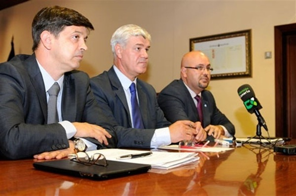 Un instante de la rueda de prensa de presentación del proyecto, ayer, en El Hierro. / DA