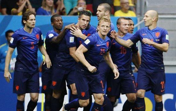 Los holandeses celebran uno de sus goles. | REUTERS