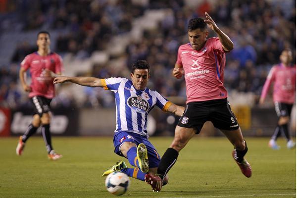 Ifrán, con la camiseta del Deportivo, disputa un balón con Bruno durante el Deportivo-Tenerife de la temporada pasada.   AMADOR LORENZO