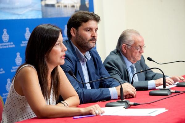 Alicia Álvarez, José Ángel Martín y Leonardo Ruiz, ayer, durante la firma del acuerdo entre IMAS y Cáritas. / F. P.