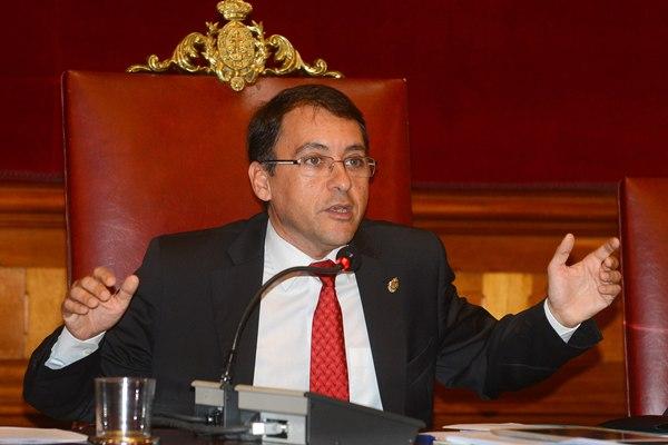 José Manuel Bermúdez, en un momento del pleno celebrado ayer en Santa Cruz de Tenerife. | SERGIO MÉNDEZ