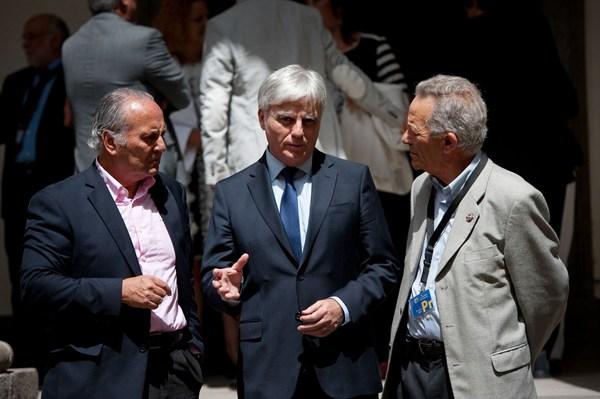 Pérez, ayer, en el patio del Parlamento con los exconsejeros de Educación García Ramos y Balbuena.   F. PALLERO