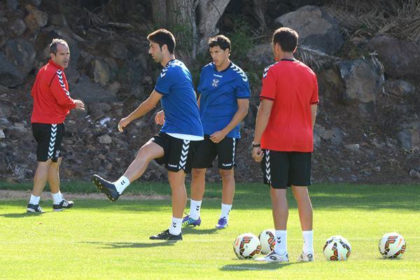 Juanjo Expósito y Unai Albizua reciben instrucciones de Álvaro Cervera. | SERGIO MÉNDEZ