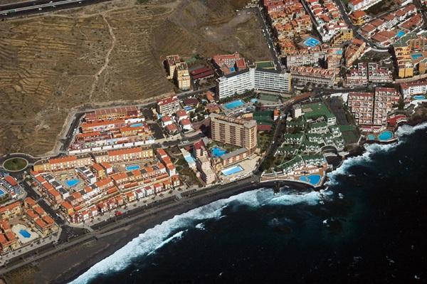 Vista aérea de Las Caletillas, con el hotel Punta del Rey, en el centro, el único que queda en la zona. / MOISÉS PÉREZ