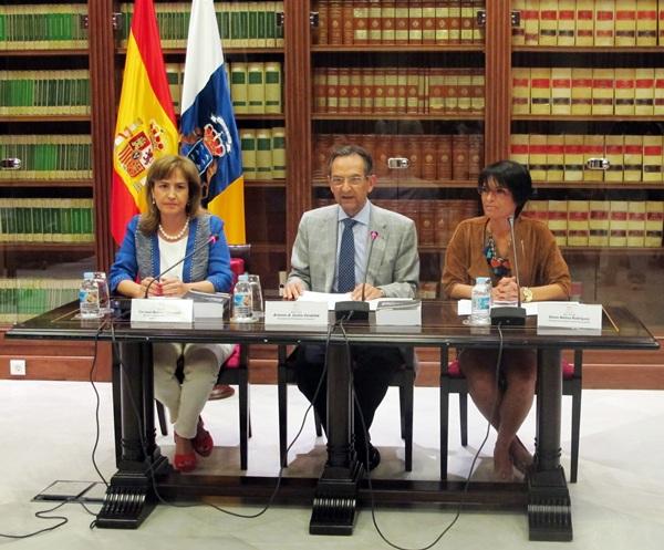 Carmen Barreto, Antonio Castro y Elena Máñez, ayer, en la presentación de libro en el Parlamento. / DA