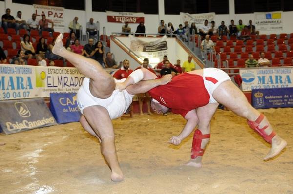 Una agarrada del encuentro que disputaron recientemente Tijarafe y Tegueste. / DONELIA PÉREZ