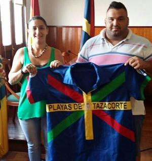 La alcaldesa de Tazacorte, Carmen Acosta, entregó a 'Lorencito' la ropa de brega que lució en el Desafío. | DA