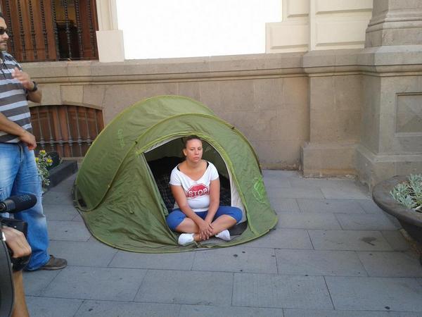 Luciana Holluy en su caseta de montaña en el exterior del ayuntamiento capitalino. | N. TORRES