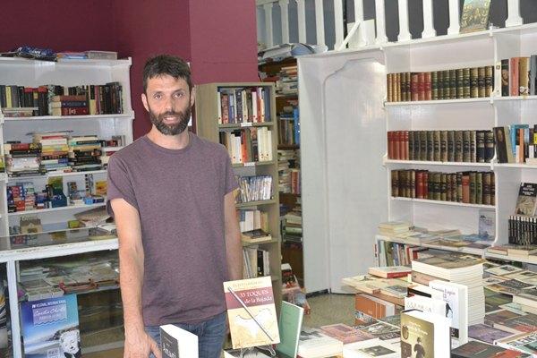 Matías Silva, en su librería. | DA