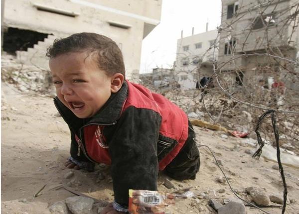 Niño palestino estre los escombros en Gaza. | REUTERS
