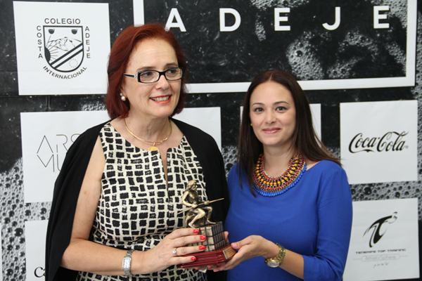 Nayra Medina le entregó un obsequio como despedida a la vicerrectora Nélida Ráncel Torres.   DA