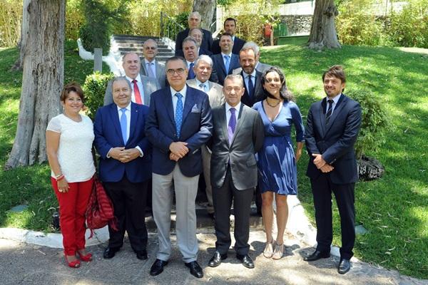 Paulino Rivero posa con la Junta Directiva de CEOE-Tenerife. / DA