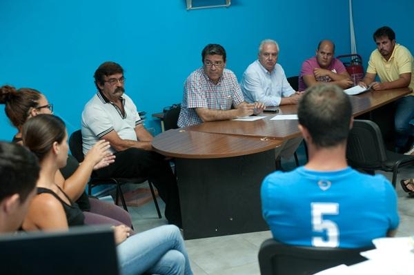 El alcalde, José Gumersindo García (c), acudió a la reunión con los pescadores en la Cofradía. / FRAN PALLERO